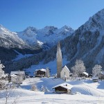 Kleinwalsertal Mittelberg im Winter mit Kirche